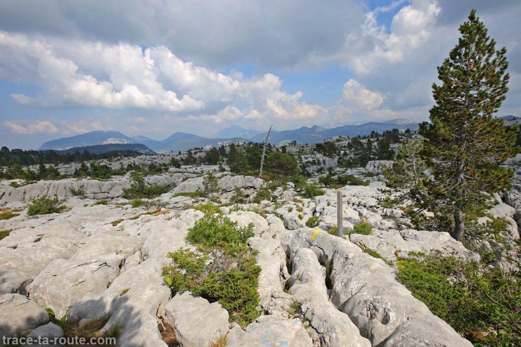 Sentier de randonnée sur les lapiaz du Plateau du Parmelan