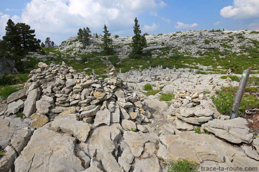 Cairn sur le champ de sculptures de pierres du Plateau du Parmelan