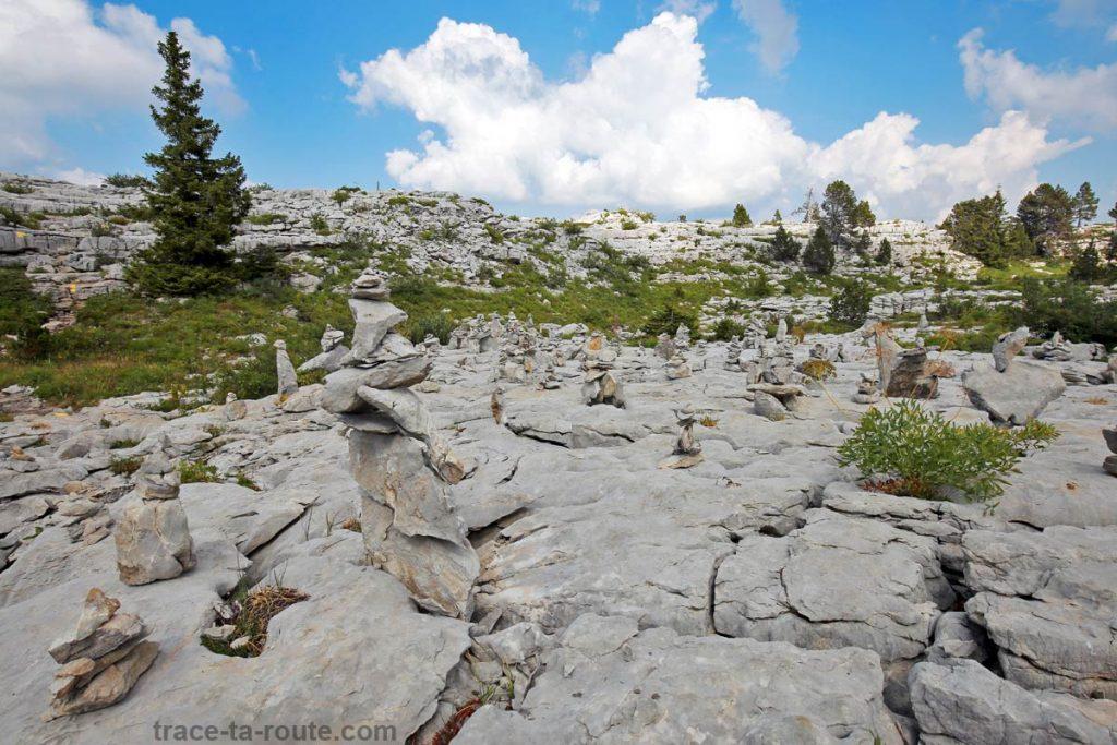 Le champ de sculptures de pierres sur le Plateau du Parmelan