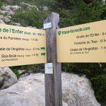 Panneau itinéraires de randonnée vers la Grotte de l'Enfer ou Chalet de l'Anglettaz, au Parmelan