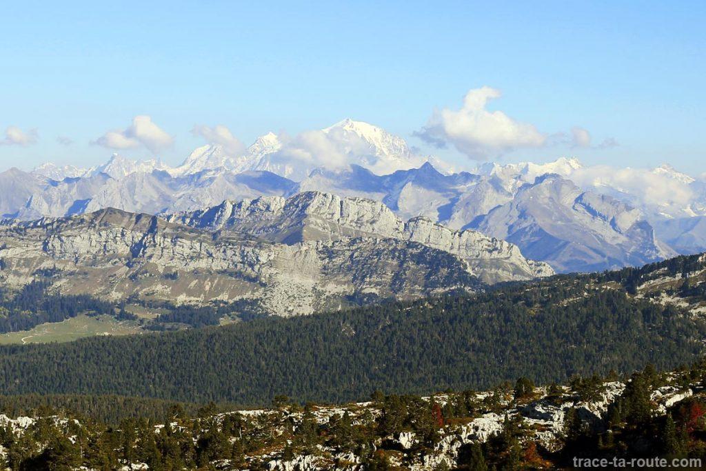 La Chaine des Aravis et le Massif du Mont Blanc depuis le sommet du Parmelan