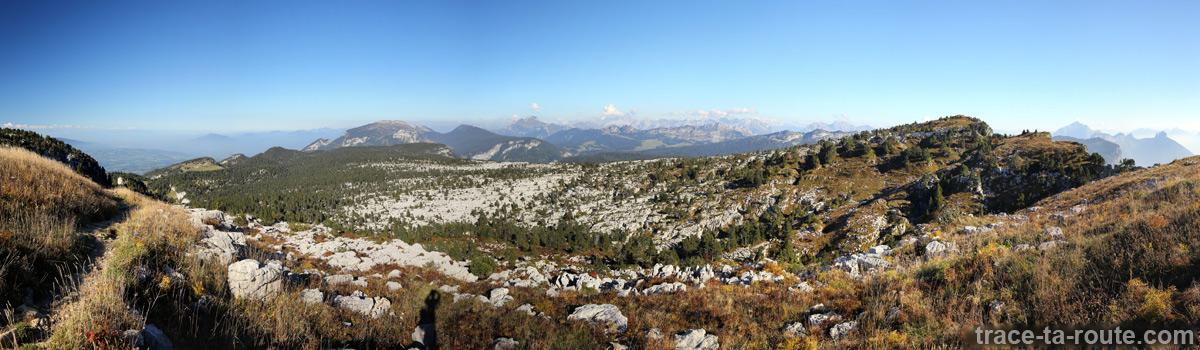 Vue panoramique sur le Plateau du Parmelan (lapiaz), le Massif des Bornes, la Chaine des Aravis et le Mont Blanc