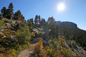 Sentier de randonnée au Sommet du Parmelan par le Petit Montoir à l'automne