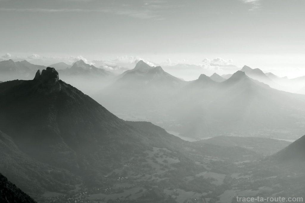 Vue au sommet du Parmelan : Dents de Lanfon, Bluffy et le Massif des Bauges - édouard photographie © Trace Ta Route