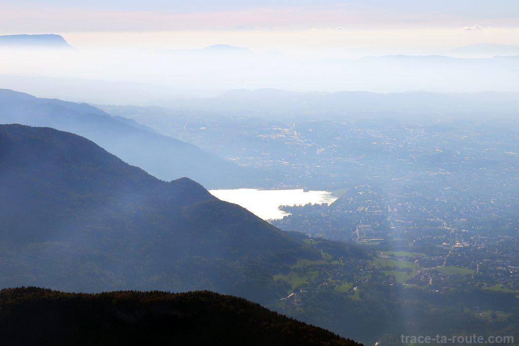 Vue au sommet du Parmelan : Mont Veyrier et Lac d'Annecy