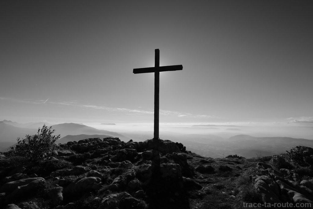 Croix au sommet du Parmelan - édouard photographie © Trace Ta Route