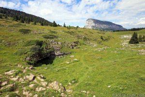 Trou du Ragne sur le Plateau de l'Alpe, en Chartreuse, avec le Granier en fond