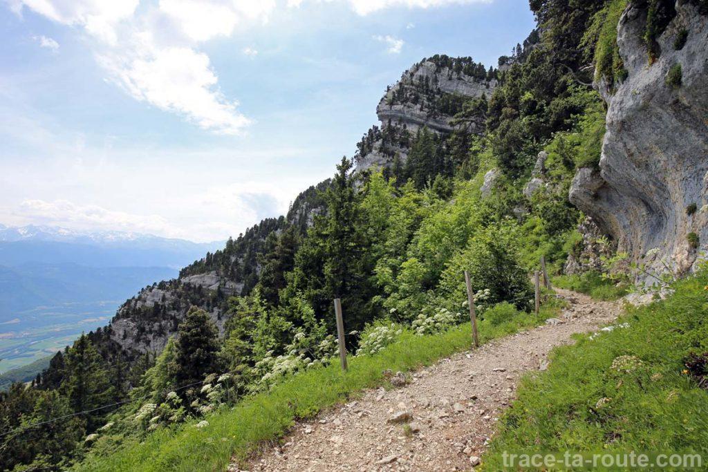 Sentier de randonnée sur la vire sous le Col de l'Alpe (Chartreuse)