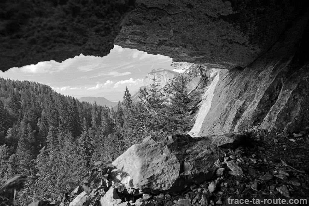La Tête Sud du Mont Granier depuis l'entrée de la grotte sur le sentier de randonnée vers le sommet du Pinet (Chartreuse)