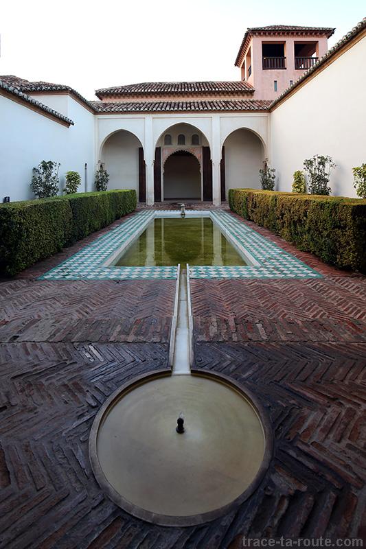 Architecture Alcazaba - bassin dans la cour intérieure du palais arabe de Malaga