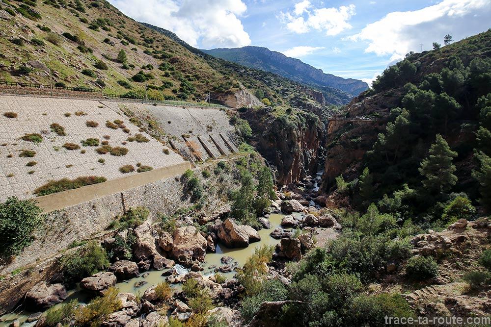 Voie ferrée et Rio Guadalhorce, rivière sur le parcours du Caminito del Rey - Ardales, Malaga, Andalousie, Espagne