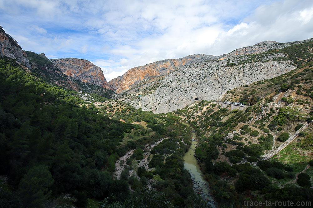 Paysage avec la ligne de train et le Rio Guadalhorce, rivière sur le parcours du Caminito del Rey - Ardales, Malaga, Andalousie, Espagne