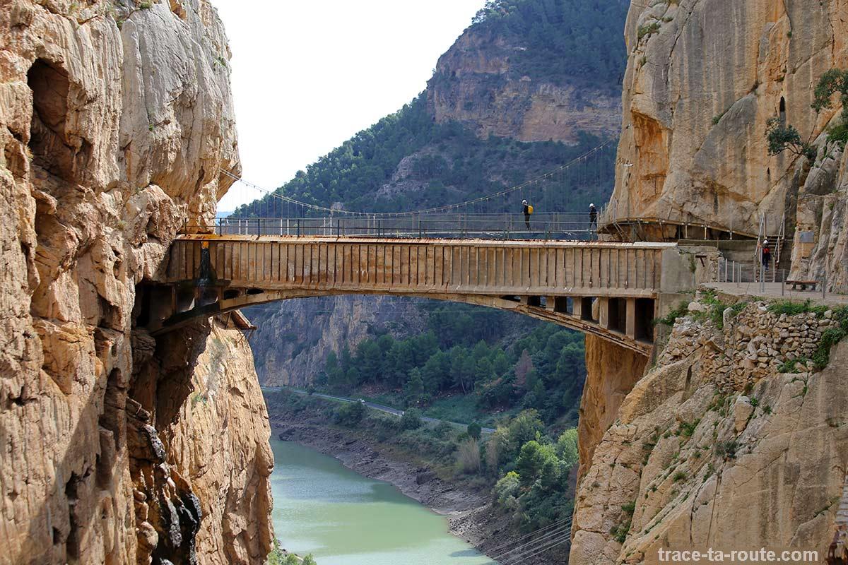 Pont suspendu au-dessus du défilé de los Gaitanes du Caminito del Rey - El Chorro, Malaga, Andalousie, Espagne