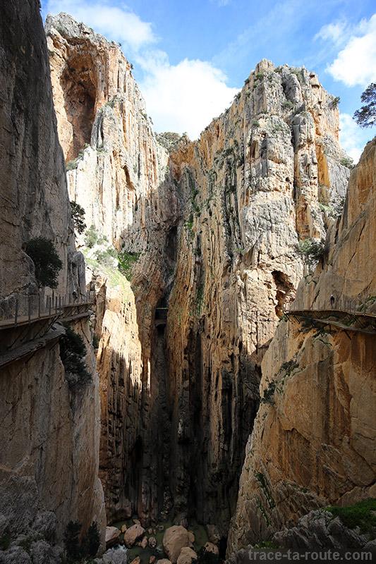 Falaises de la gorge du Défilé de los Gaitanes sur le parcours du Caminito del Rey - El Chorro, Malaga, Andalousie, Espagne