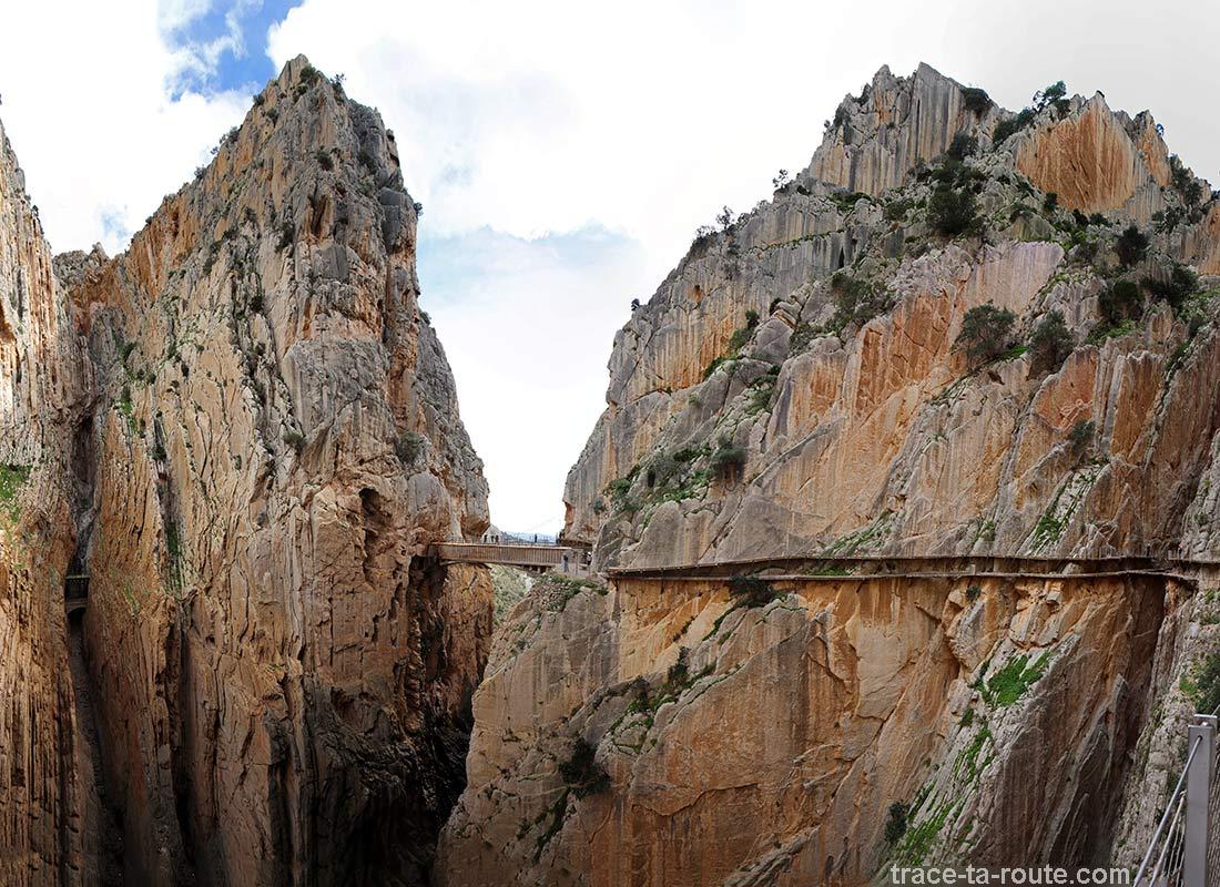 Sentier dans le vide du Caminito del Rey le long des falaises de la gorge du Défilé de los Gaitanes - El Chorro, Malaga, Andalousie, Espagne
