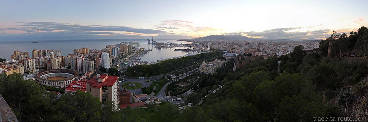 Vue panoramique sur Malaga depuis le Mirador de Gibralfaro : les arènes, MuelleUno, le port, paseo Espaça, Alcazaba, la Cathédrale...