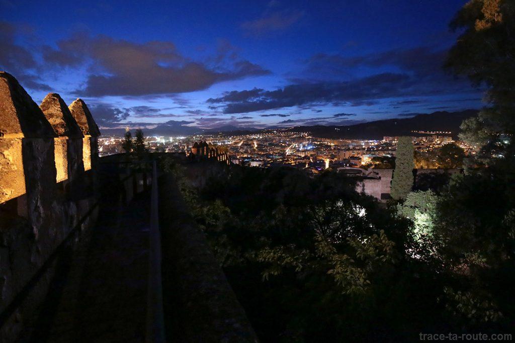 Castillo de Gibralfaro - remparts et vue de Malaga de nuit