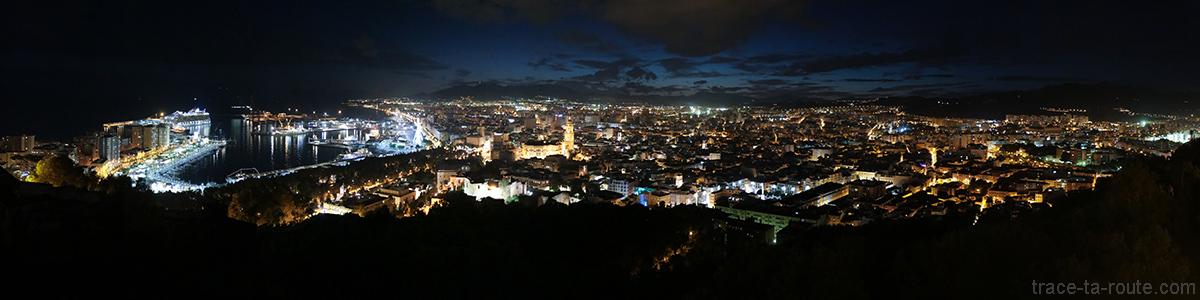 Vue panoramique sur Malaga de nuit depuis le Castillo de Gibralfaro