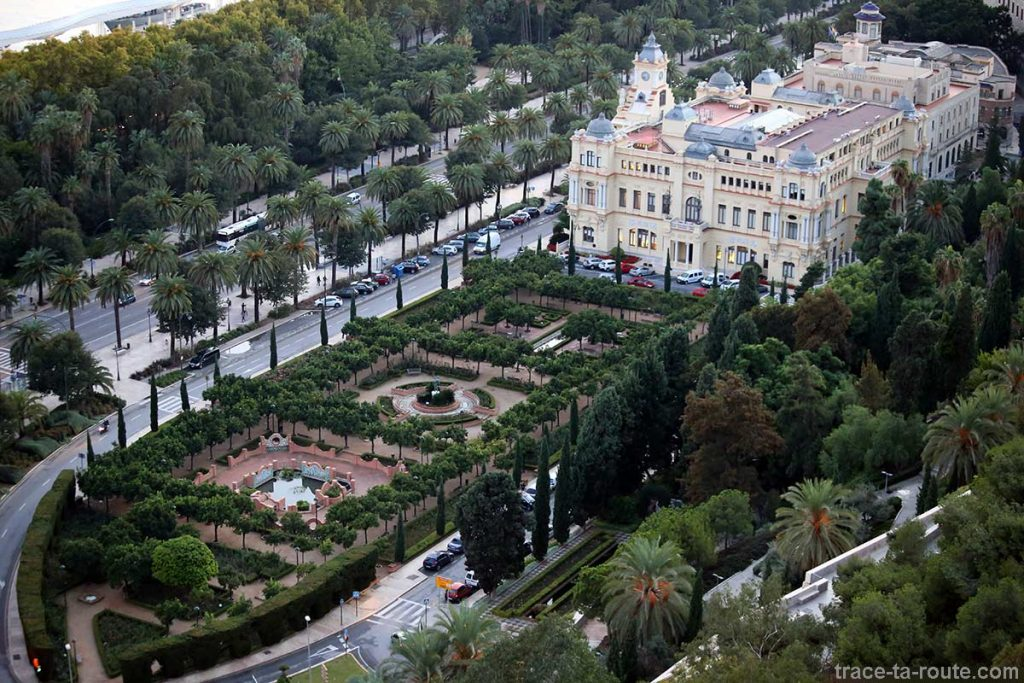 Vue sur le jardin et la Mairie de Malaga (Ayuntamiento) depuis le Mirador de Gibralfaro