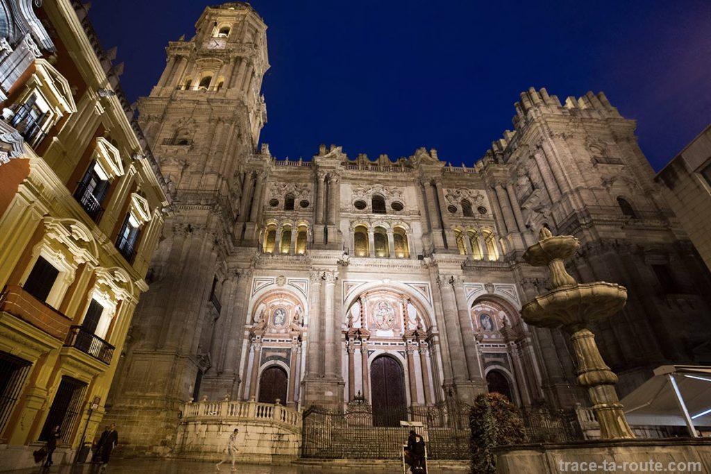 "Parvis de la Cathédrale de l'Incarnation de Malaga (Catedral de la Encarnación ""La Manquita"") depuis la Plaza del Obispo de nuit"