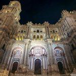 """Façade de la Cathédrale de l'Incarnation de Malaga (Catedral de la Encarnación """"La Manquita"""") depuis la Plaza del Obispo de nuit"""
