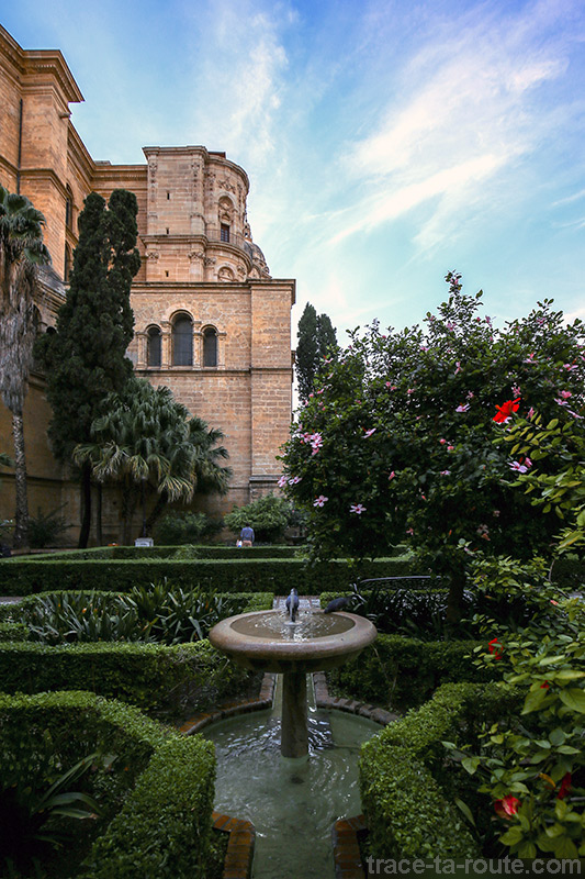 """Fontaine du jardin à l'extérieur de la Cathédrale de l'Incarnation de Malaga (Catedral de la Encarnación """"La Manquita"""")"""