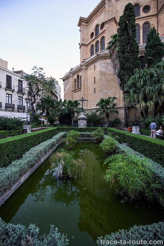 """Bassin à l'extérieur de la Cathédrale de l'Incarnation de Malaga (Catedral de la Encarnación """"La Manquita"""")"""