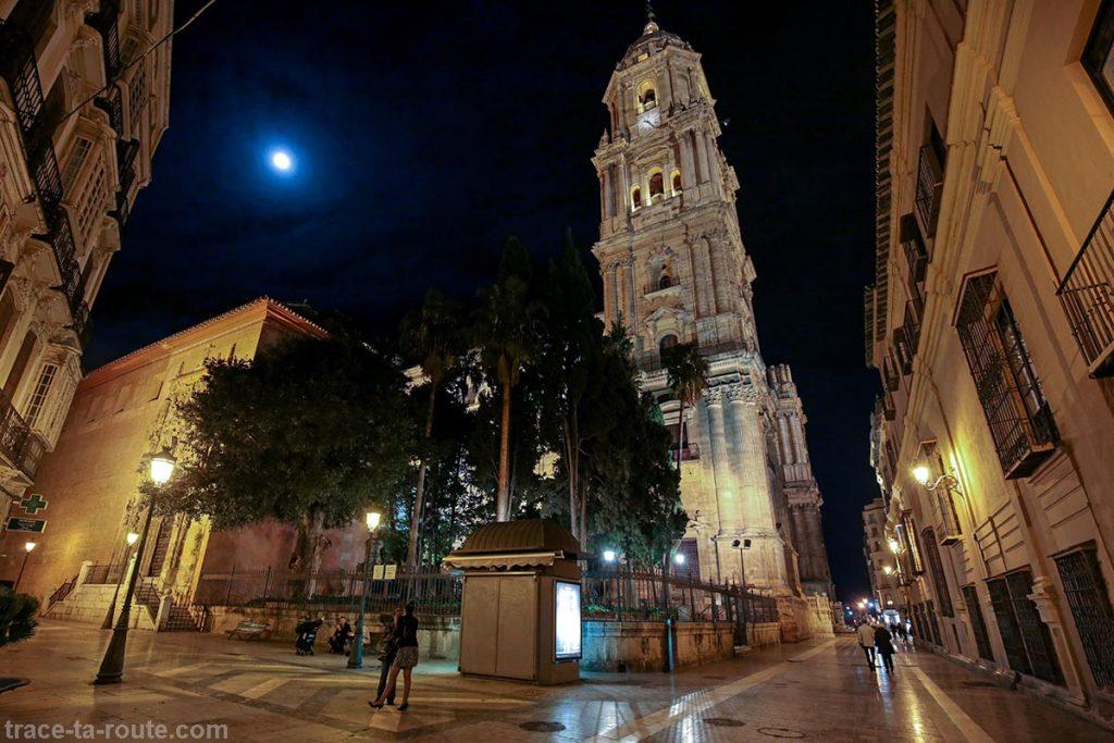 """Tour clocher de la Cathédrale de l'Incarnation de Malaga (Catedral de la Encarnación """"La Manquita"""") de nuit"""