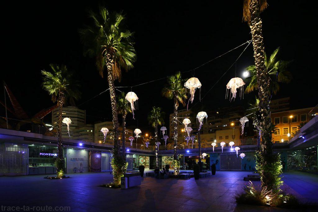 Lampions méduses à MuelleUno la nuit, Port de Malaga