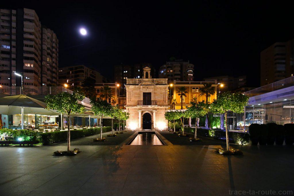 Capilla éclairée la nuit à MuelleUno, port de Malaga