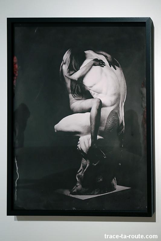 """Photographie """"El modelo y la artista"""" (2015) Marina VARGAS - Exposition """"Ni animal ni tampoco angel"""" au Centre d'Art Contemporain CAC Malaga"""