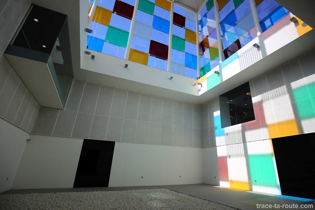 """Intérieur """"El Cubo"""" (2015) Daniel BUREN - Centre Pompidou Malaga, MuelleUno"""