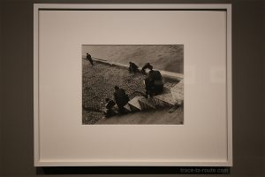 """Paris, three men on steps"" (1931) Ilse BING - Exposition ""Son Modernas, Son Fotografas"" Centre Pompidou Malaga"