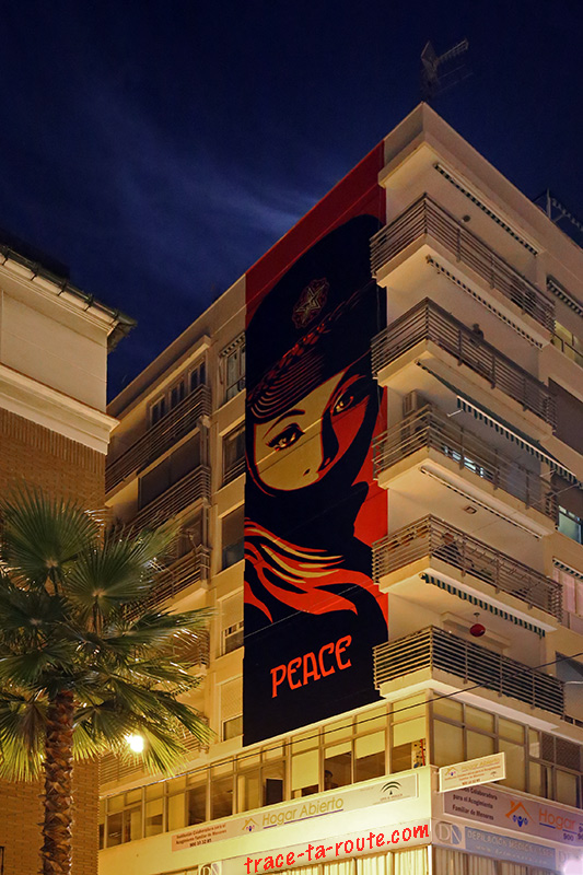 "Street Art à Malaga - ""Peace"" Shepard Fairey fresque mur façade immeuble Andalousie Espagne Spain Andalucia Espana building night"