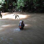 traverser une rivière au parc national Taman Negara - Blog voyage Trace Ta Route