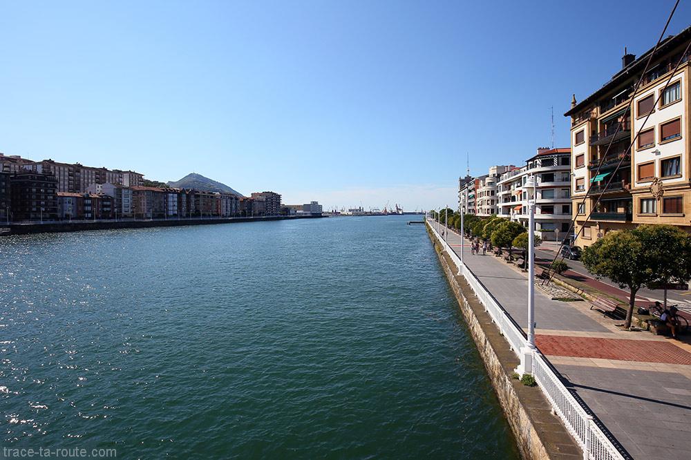 Rivière Ria del Nervion et rive Evaristo Churruca Kaia - Portugalete / Getxo, Bilbao