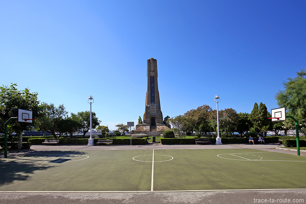 Terrain de basket sur Evaristo Churruca Kaia avec le monument en fond - Las Arenas, Getxo, Bilbao