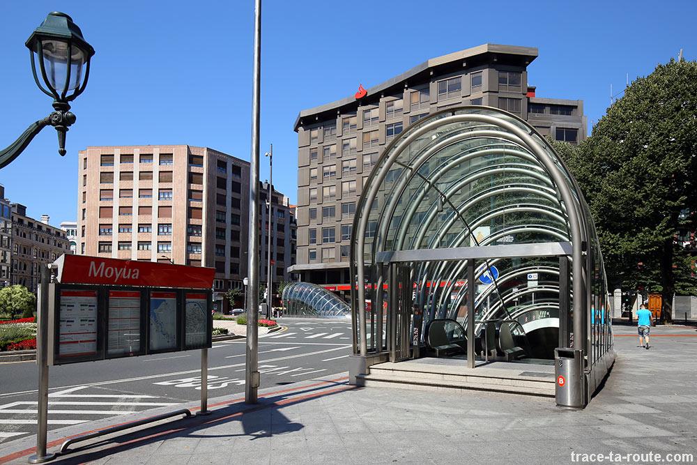 """Entrée bouche de métro Bilbao, Federico Moyúa Plaza - les """"Fosteritos"""" de l'architecte Norman Foster"""