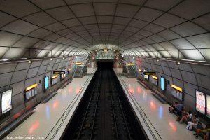 Intérieur métro Bilbao (rails, quais et mezzanine) - Architecture de Norman Foster