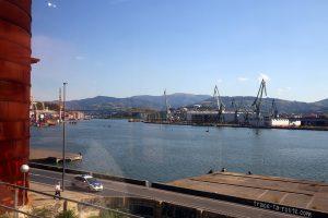Port industriel de Bilbao sur les bords de la Ria del Nervion, depuis le métro pour Getxo