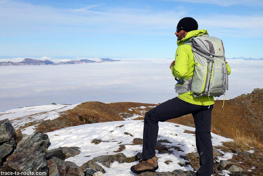 Sac à dos MANFROTTO OFFROAD 30L en randonnée photo au-dessus d'une mer de nuages dans les Alpes