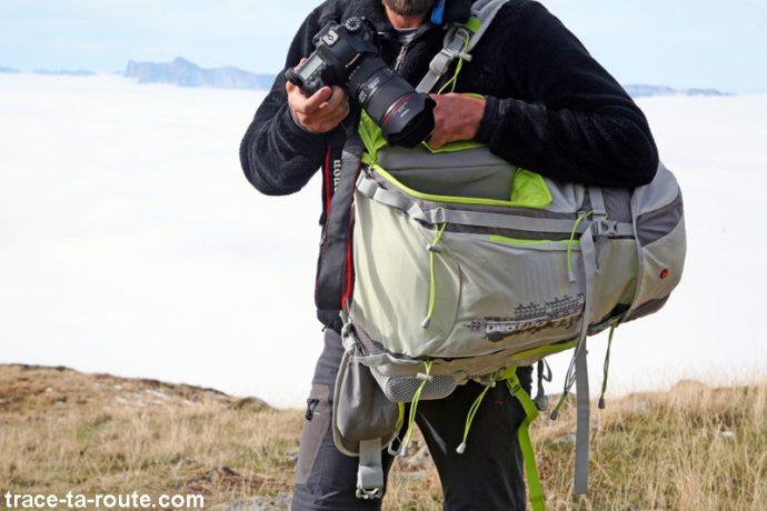Utilisation de la poche latérale du compartiment photo du sac à dos MANFROTTO OFFROAD 30L