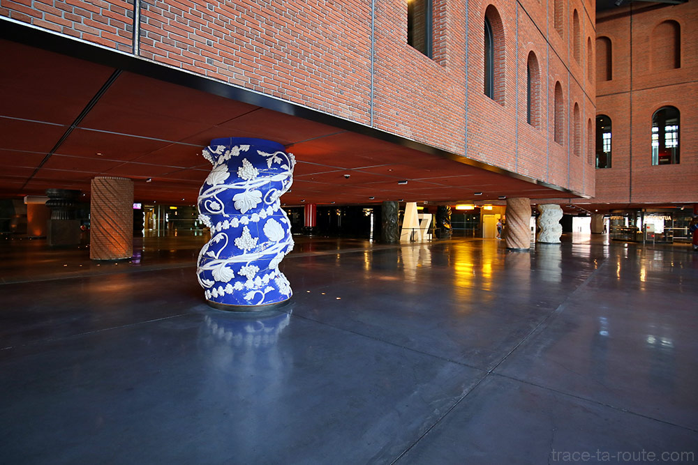 Colonnes intérieur architecture bâtiment Alhondiga (Philippe Starck) Bilbao