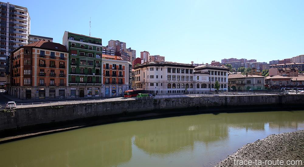 Écoles du Maître Garcia Rivero et bâtiments de Casco Viejo sur les rives du fleuve de Bilbao