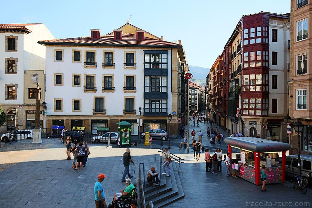 Plaza Miguel Unamuno de Bilbao et Gurutze kalea dans Casco Viejo