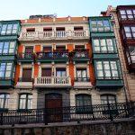 Façades colorées d'immeubles dans la descente d'escaliers Mallona Galtzada au-dessus de la Vieille Ville de Bilbao (Casco Viejo)