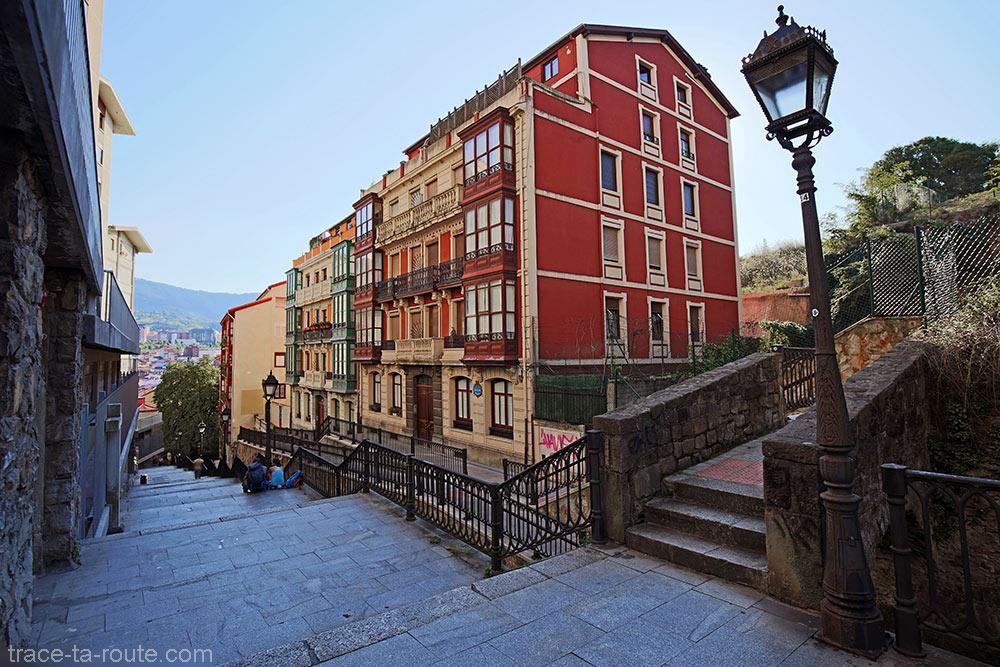 Immeubles dans la descente d'escaliers Mallona Galtzada au-dessus de la Vieille Ville de Bilbao (Casco Viejo)