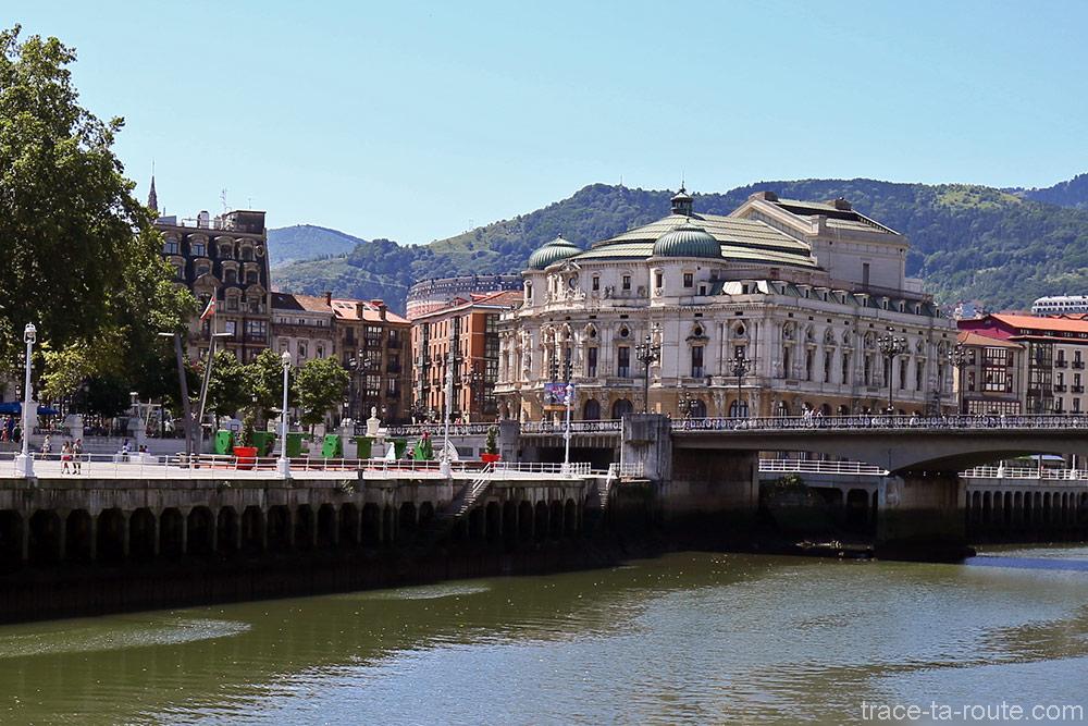 Théâtre Arriaga de Bilbao au bord du fleuve Nervion