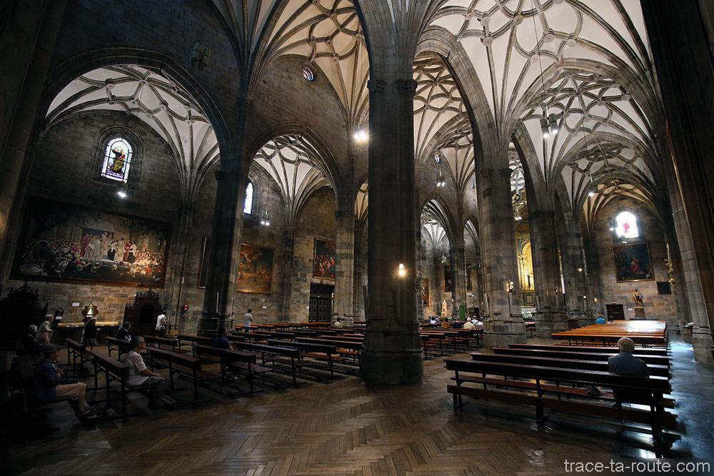 Colonnes et voûtes à l'intérieur de la Basilique de Begoña de Bilbao