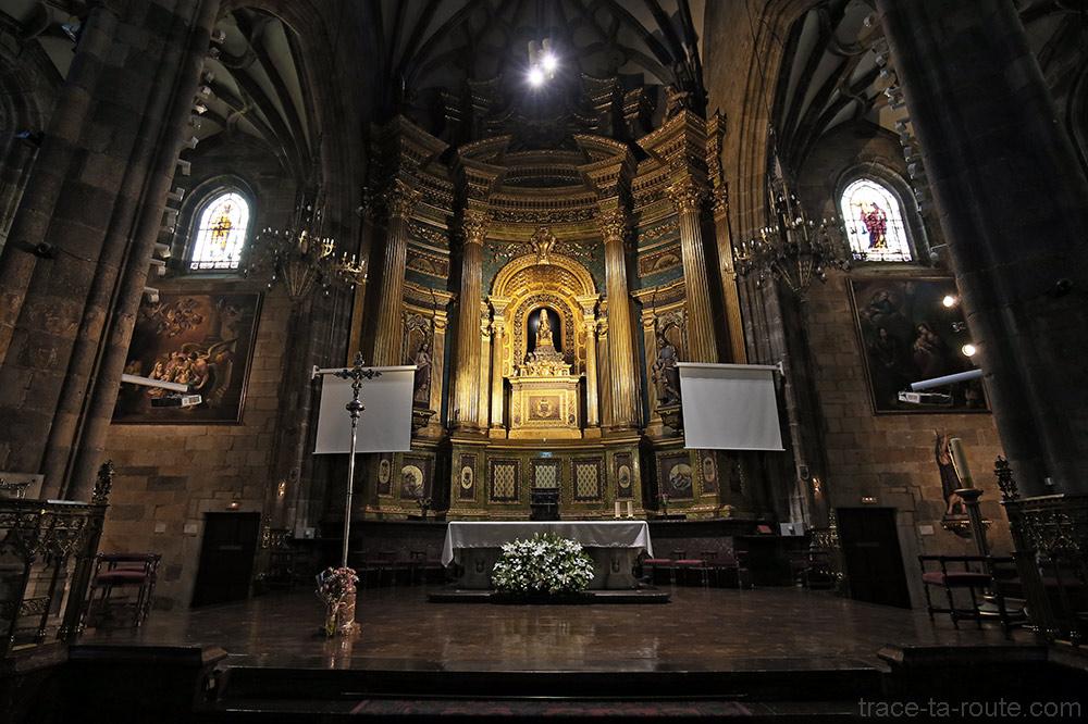 Le Choeur avec l'Autel à l'intérieur de la Basilique de Begoña de Bilbao